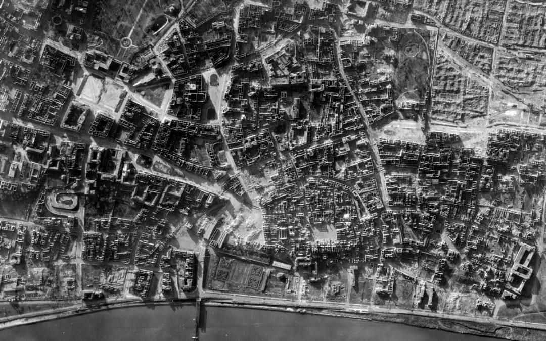Zdjęcie lotnicze zniszczeń Starego Miasta po Powstaniu Warszawskim 1944 r.